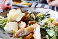 Caesar-Salat in einer Ronde Lizenzfreie Stockfotos