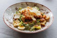 Caesar-Salat in einer Ronde Stockbilder