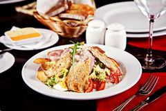 Caesar-Salat gedient auf Platte Lizenzfreie Stockfotos