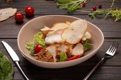 Caesar-Salat mit einem poschierten Ei auf die Oberseite stockbild