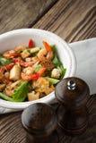 Caesar-Salat mit Garnelen auf dem Holztisch Lizenzfreie Stockfotos