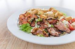 Caesar-Salat mit Huhn auf Holztisch stockfoto