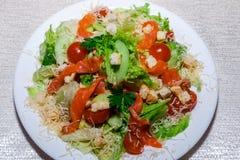 Caesar-Salat mit Huhn, Kirschtomaten, Kopfsalat Lizenzfreie Stockfotos