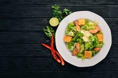 Caesar-Salat mit Huhn und Frischgemüse Auf einem hölzernen Hintergrund Stockfotografie