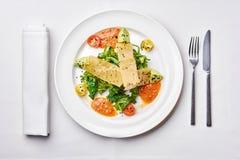 Caesar-Salat mit knusperigem Speck, geschnittenen Mandeln und Parmesankäseparmesankäse Lizenzfreie Stockfotografie