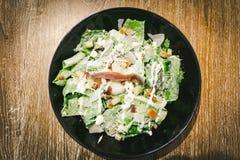 Caesar-Salat mit poschiertem Ei Stockbild