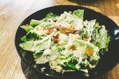 Caesar-Salat mit poschiertem Ei Stockfotografie