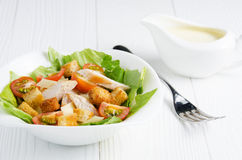 Caesar-Salat mit Soßennahaufnahme Lizenzfreies Stockbild