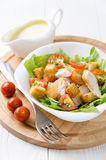 Caesar-Salat, Soße und Kirschtomaten lizenzfreies stockbild