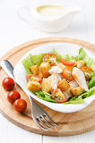 Caesar-Salat, Soße und Kirschtomaten lizenzfreie stockfotografie