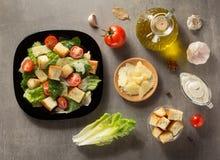 Caesar-Salat und -bestandteile bei Tisch Stockfotografie