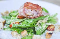 Caesar sallad eller sallad med bindsallat och skinka Royaltyfria Foton