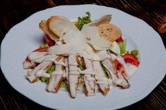 Caesar sallad med det fega bröstet, salladblandningen, ägget, nya tomater, krutonger, det grillade fega bröstet och parmesan arkivfoto