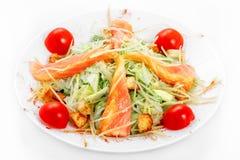 Caesar sallad med laxen, isberggrönsallat, parmesanost, Caesar sås, lax Fotografering för Bildbyråer