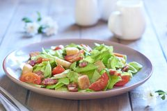 Caesar sallad med rökte skinka och körsbärsröda tomater Royaltyfri Foto