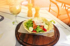 Caesar sallad med tonfiskost och krutonger på den lantliga träbakgrundscloseupen Royaltyfria Foton