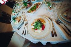 Caesar sallad på en vit platta, ser trevlig och smaklig brigham royaltyfri foto