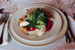Caesar sallad på en vit platta, ser trevlig och smaklig brigham arkivbild