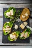 Caesar sallad på paninirostat bröd Royaltyfria Bilder