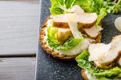Caesar sallad på paninirostat bröd Arkivfoton