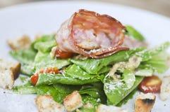 Caesar sallad, sallad med bindsallat och skinka Arkivbild