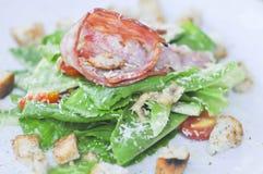 Caesar sallad, sallad med bindsallat och skinka Arkivfoton