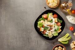 Caesar składniki przy stołem i sałatka Fotografia Royalty Free