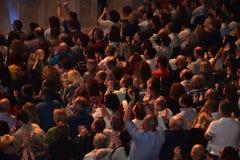 Caesarea amfiteatr, Izrael, Maj 19 tłum widzowie przy koncertem - koncert muzykalna grupa Andrei Makarevich - Obrazy Royalty Free