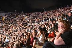Caesarea Amfitheater, Israël, 19 Mei - het overleg van de muzikale groep Andrei Makarevich - Menigte van toeschouwers bij het ove Stock Foto's