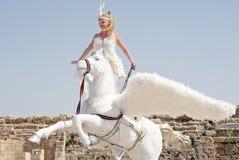 CAESAREA - 4 DE MARÇO: As celebrações de Purim desfilam, menina em um cavalo em Ceasearea, Israel o 4 de março de 2015 Fotografia de Stock Royalty Free