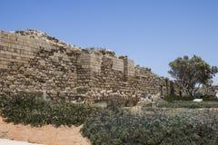 Caesarea hamnvägg fotografering för bildbyråer