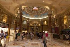 Caesars Palaceforum shoppar kasinoingången i Las Vegas, NV på J Royaltyfria Bilder
