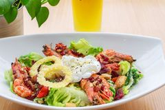 Caesarsalade en dranken voor dieet Stock Afbeeldingen