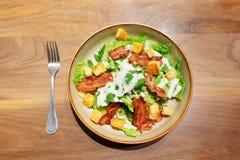Caesarsalade met bacon en brood royalty-vrije stock foto's