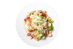 Caesarsalade met garnalen, kersentomaat en kaas Royalty-vrije Stock Foto's
