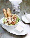 Caesarsalade met kip en croutons, kaas Stock Fotografie