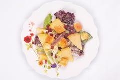 Caesarsalade met parmezaanse kaaskaas, sla, ansjovis, croutons, bacon, en mayonaise Stock Foto