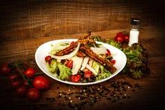 Caesarsalade voor de behoeften van het restaurant wordt gediend dat stock foto