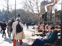 Café Bistrot享受冬天的大阳台人晒黑巴黎 库存照片