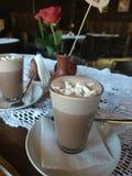 Café kaffe, choklad, ros, drink, frukost arkivfoto