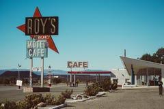 Café en het motel van Roy in Amboy, Californië, Verenigde Staten, naast klassiek Route 66 stock afbeelding