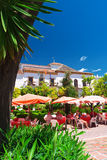 Cafés餐馆和马尔韦利亚城镇厅  免版税图库摄影