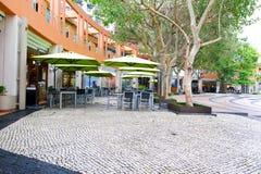 Café tabell och stolar på Hong Kong Discovery Bay Mest besökt strand på den Lantau ön royaltyfri foto