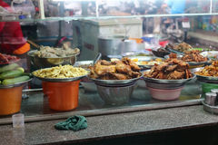 Café vietnamiano da rua Os pratos no contador Imagem de Stock Royalty Free