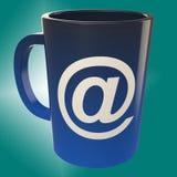 电子邮件咖啡杯展示互联网Cafè商店 库存图片