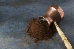 Cafè moulu débordant le pot de café turc sur la surface grise, l'espace vide pour le texte image libre de droits