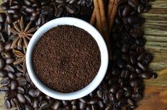 Cafè moulu dans la tasse blanche avec des grains de café à l'arrière-plan Photos libres de droits