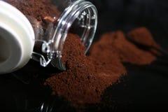 Cafè moulu dans un pot en verre Photographie stock