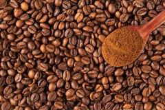 Cafè moulu dans une cuillère de vintage sur des grains de café Photographie stock
