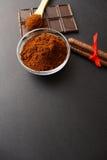 Cafè moulu et chocolat sur le fond et le café empilé frais sur la cuillère en bois Images libres de droits